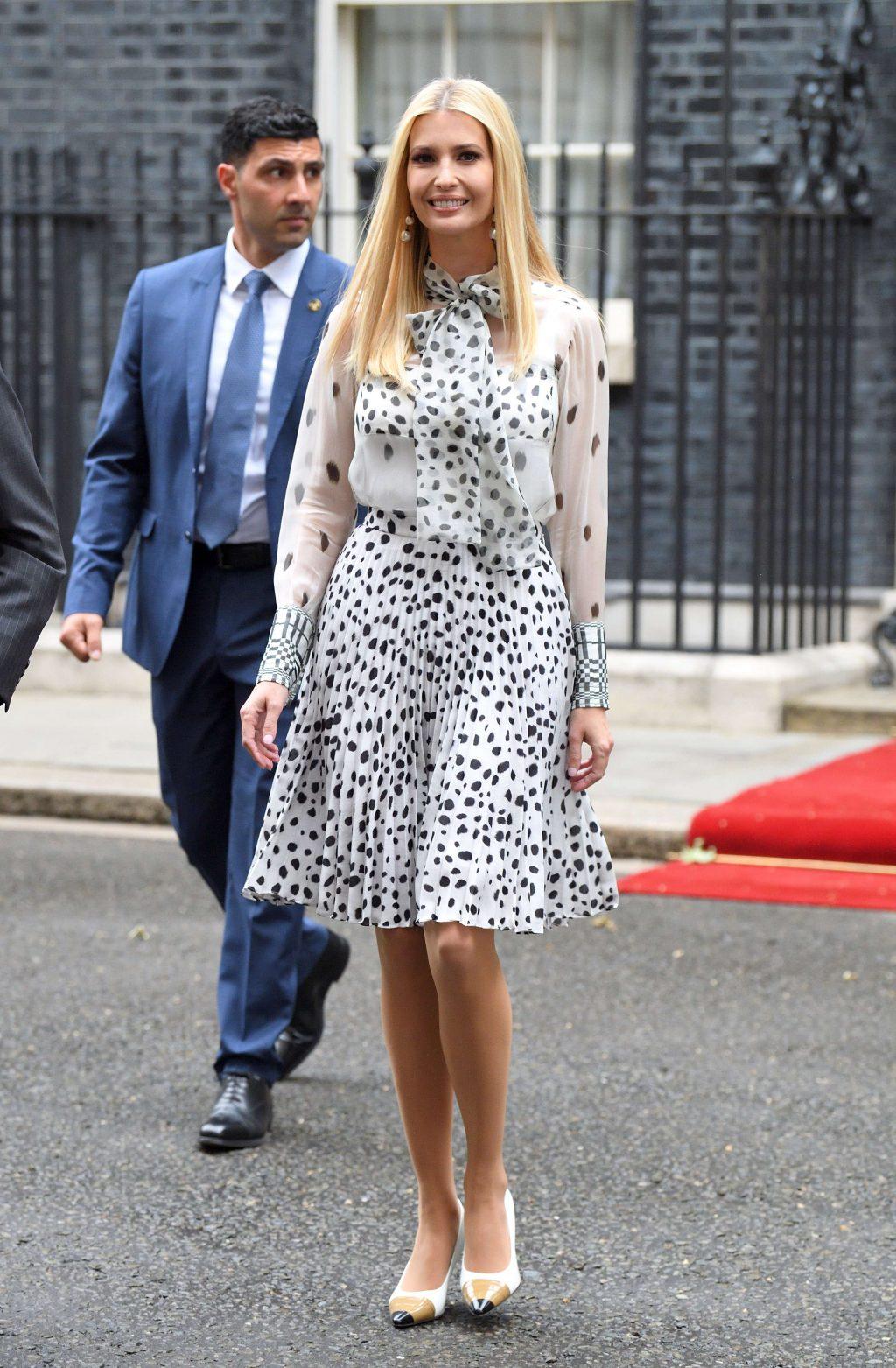 con gái donald trump diện áo blouse và chân váy họa tiết Burberry