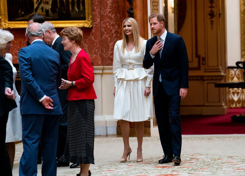 Ivanka Trump cùng hoàng tử Harry tham quan cung điện Buckingham