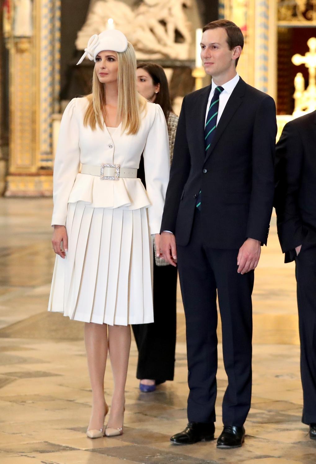 Ivanka Trump diện blazer trắng tay phồng, chân váy xếp li màu trắng