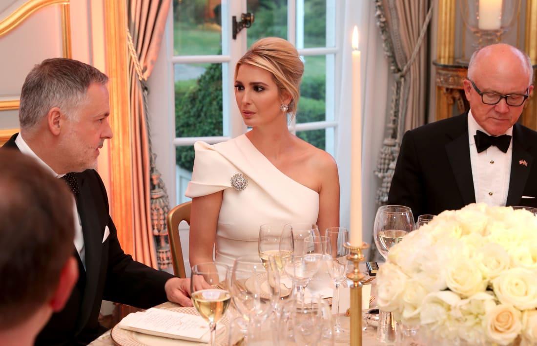 Ivanka diện đầm trắng lệch vai và trâm cài kim cương