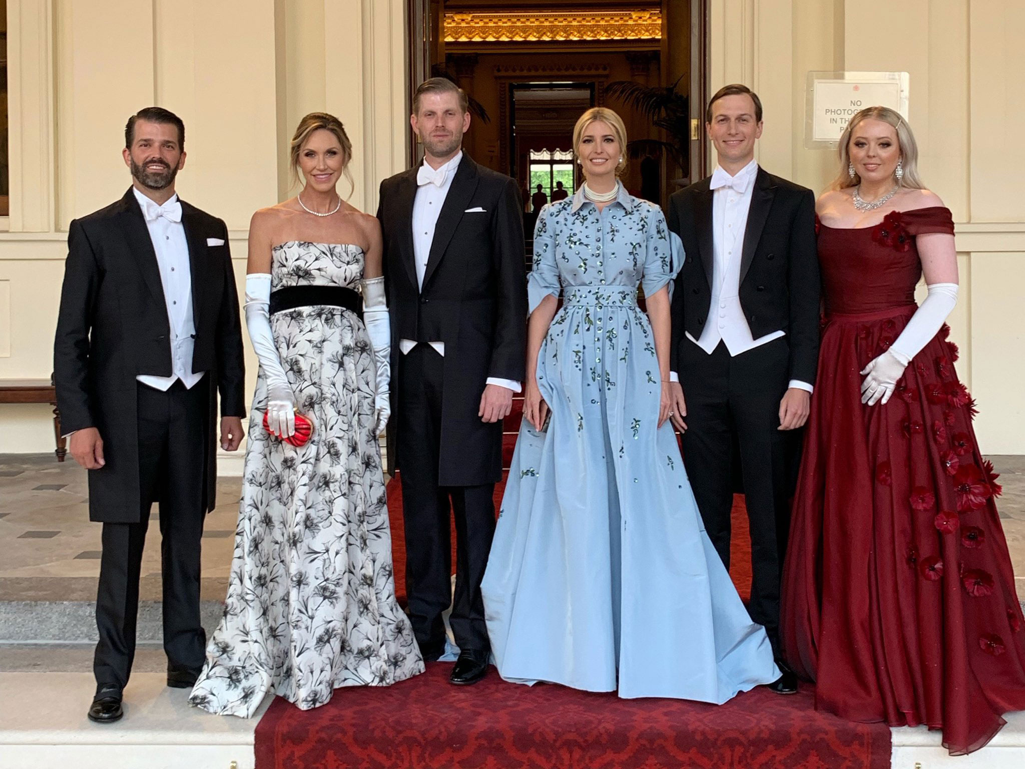 Ivanka Trump diện đầm xanh baby hoa tiết hoa