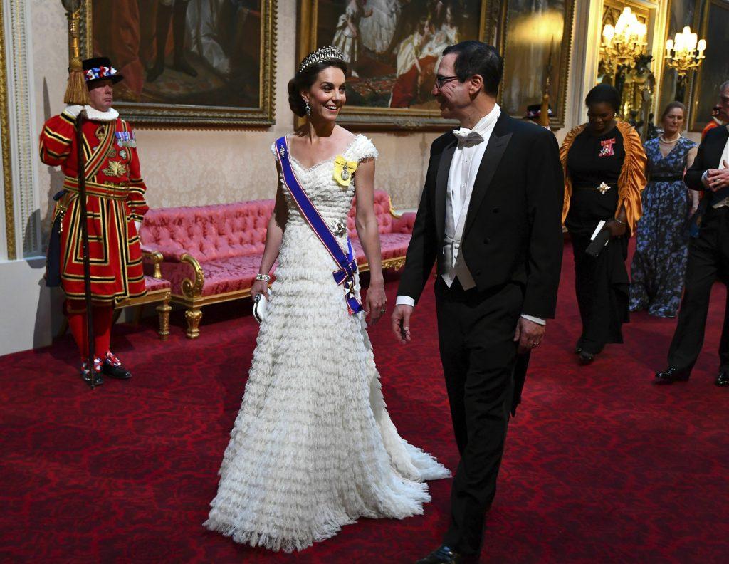 công nương Kate diện đầm trắng xếp tầng của Alexander McQueen