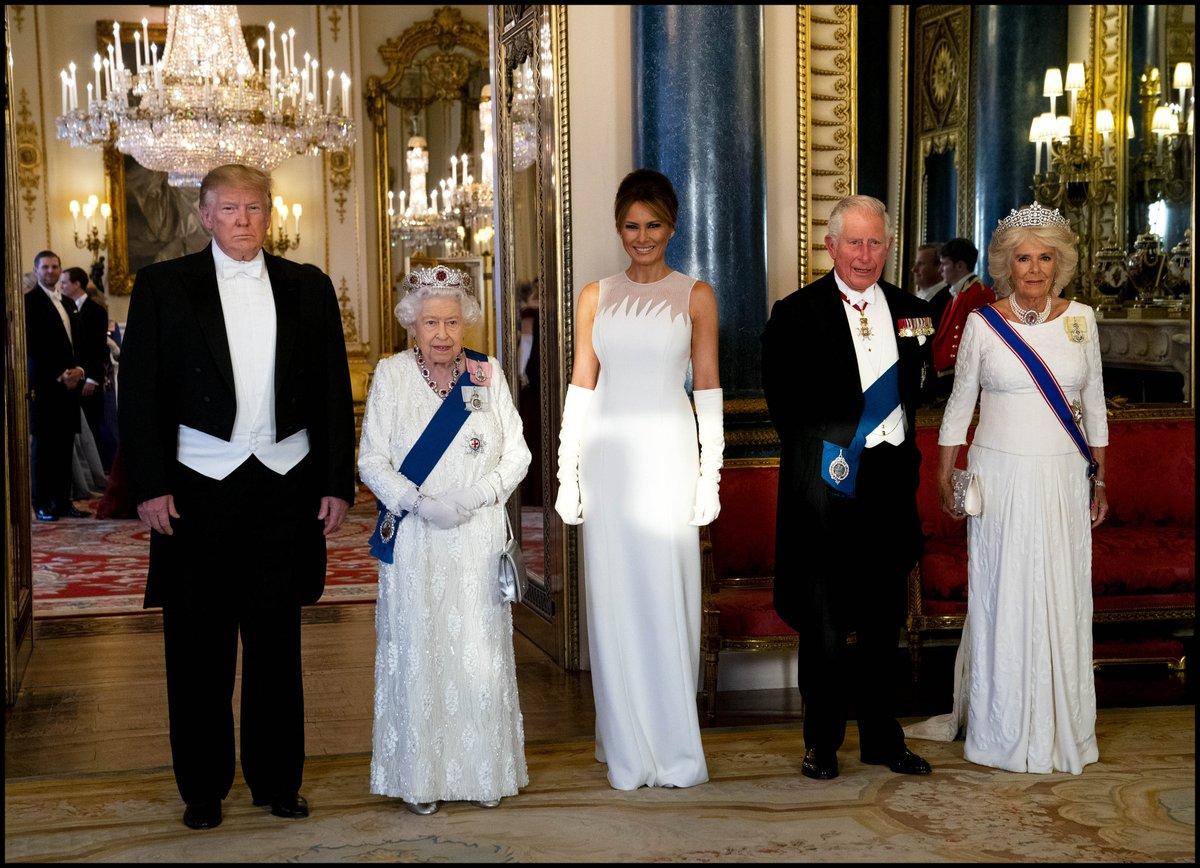 phu nhân Melania diện đầm trắng của Dior chụp ảnh cùng nữ hoàng Anh