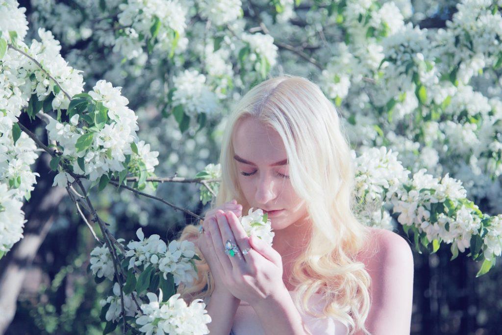 cô gái ngửi hoa thơm