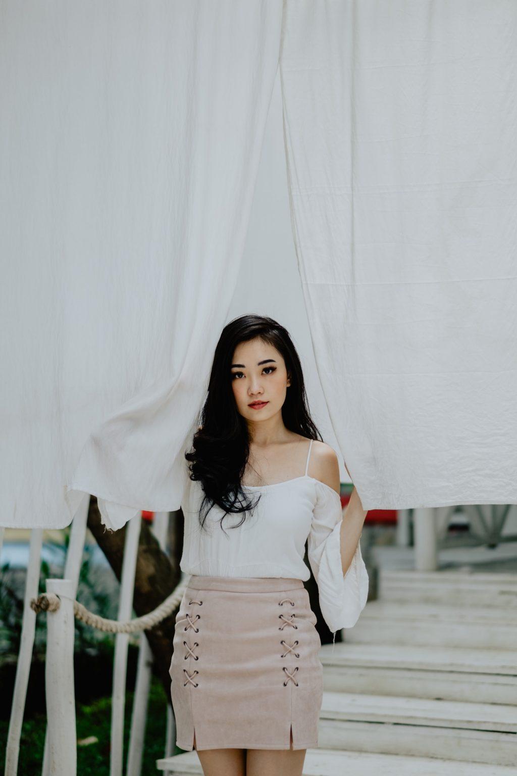 cô gái mặc áo trắng và chân váy hồng