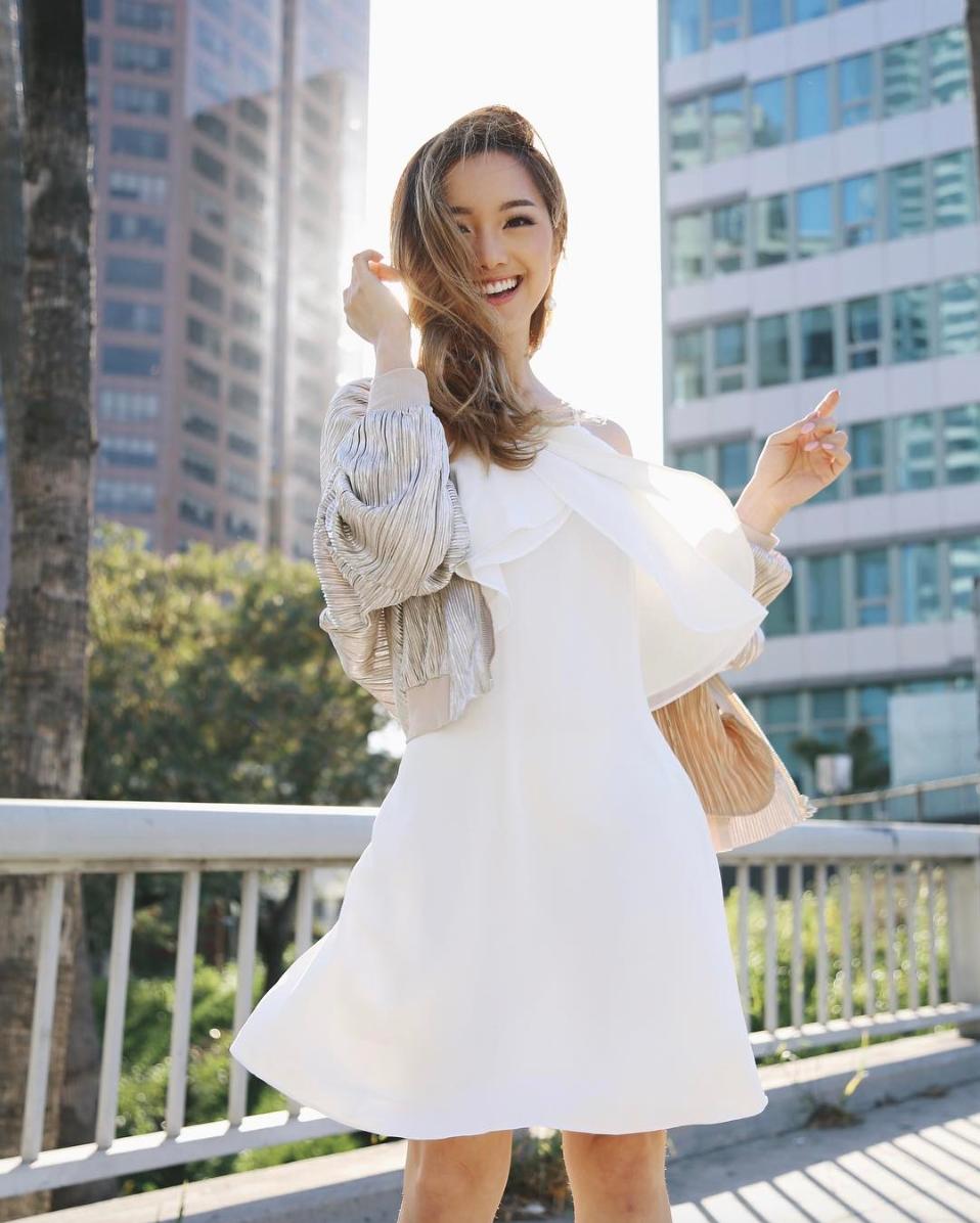 jenn im mặc đầm trắng và túi cói