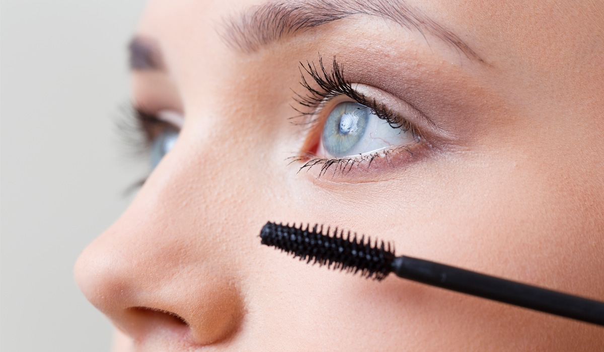 trang điểm mắt chải mascara