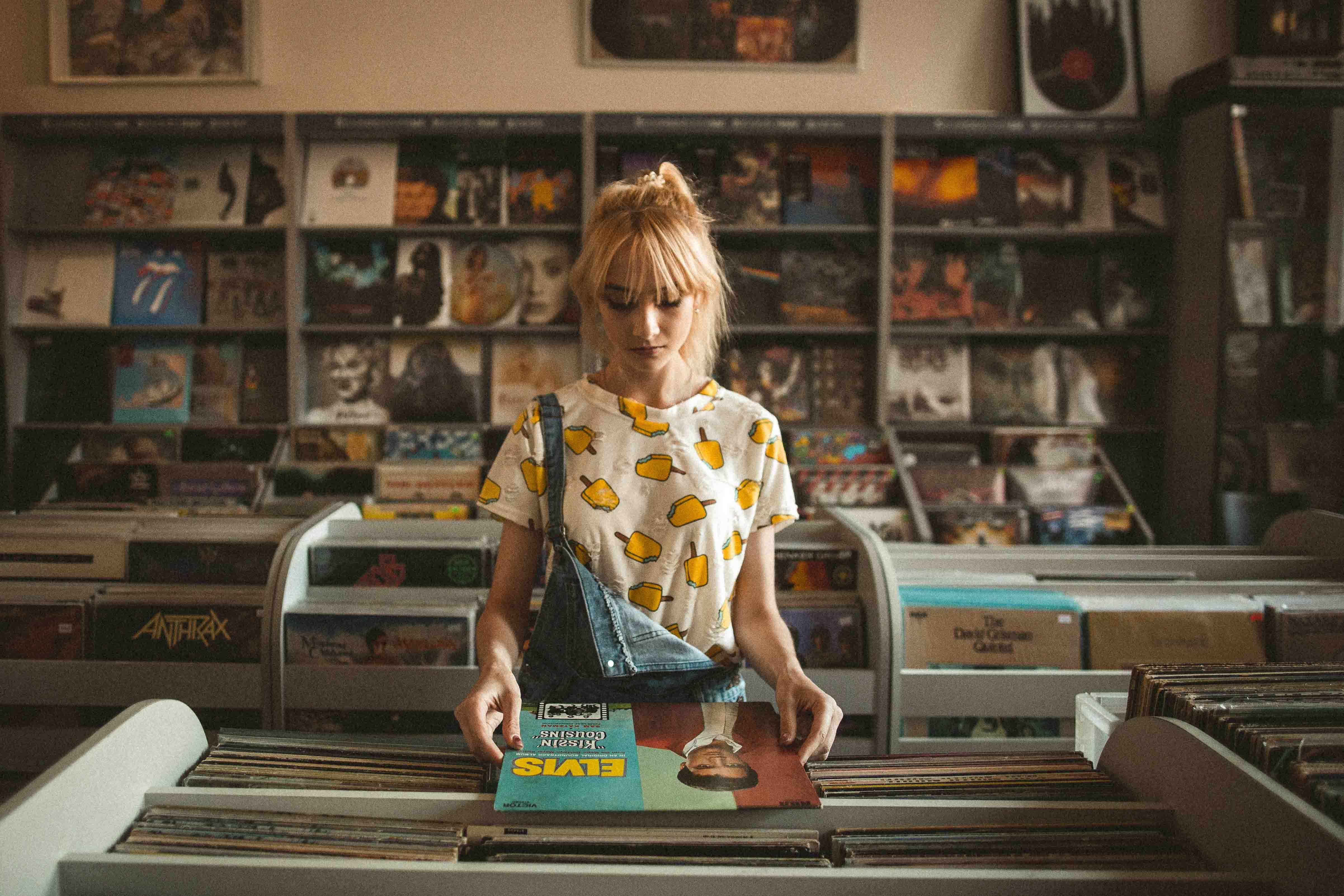 cô gái trong tiệm bán đĩa nhạc