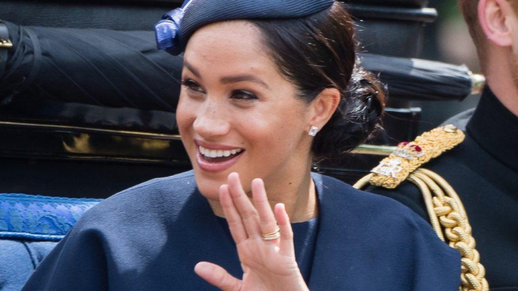 công nương meghan diện đầm và mũ xanh navy