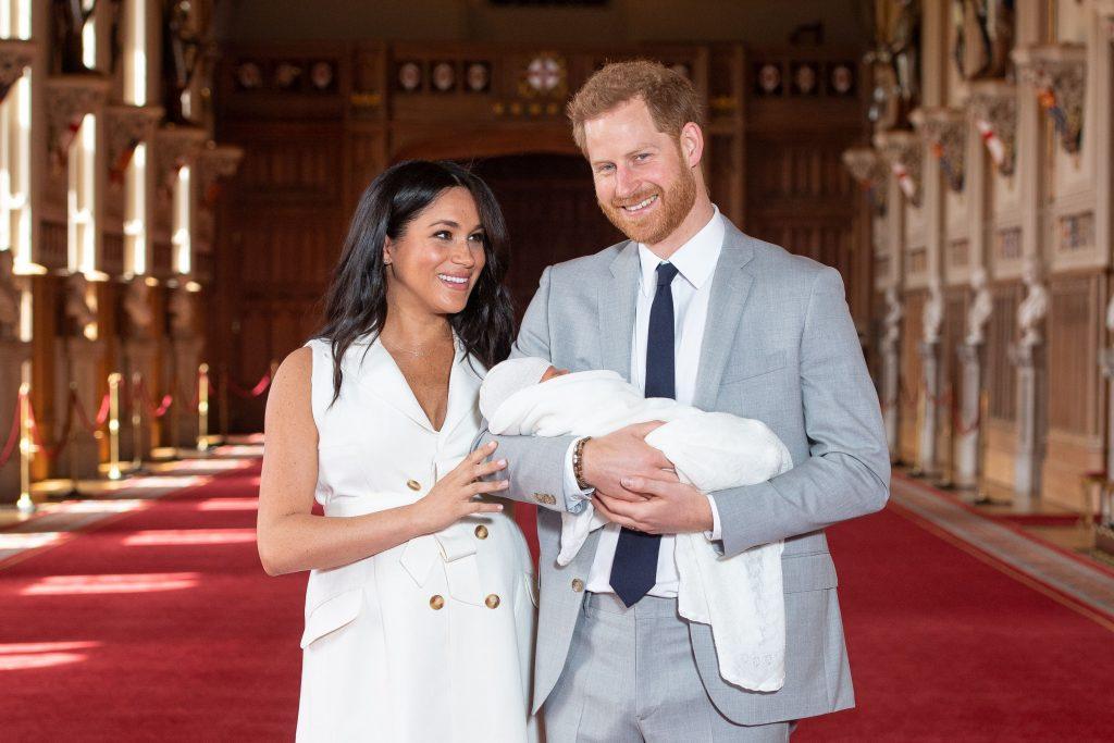 công nương meghan và hoàng tử harry bế em bé
