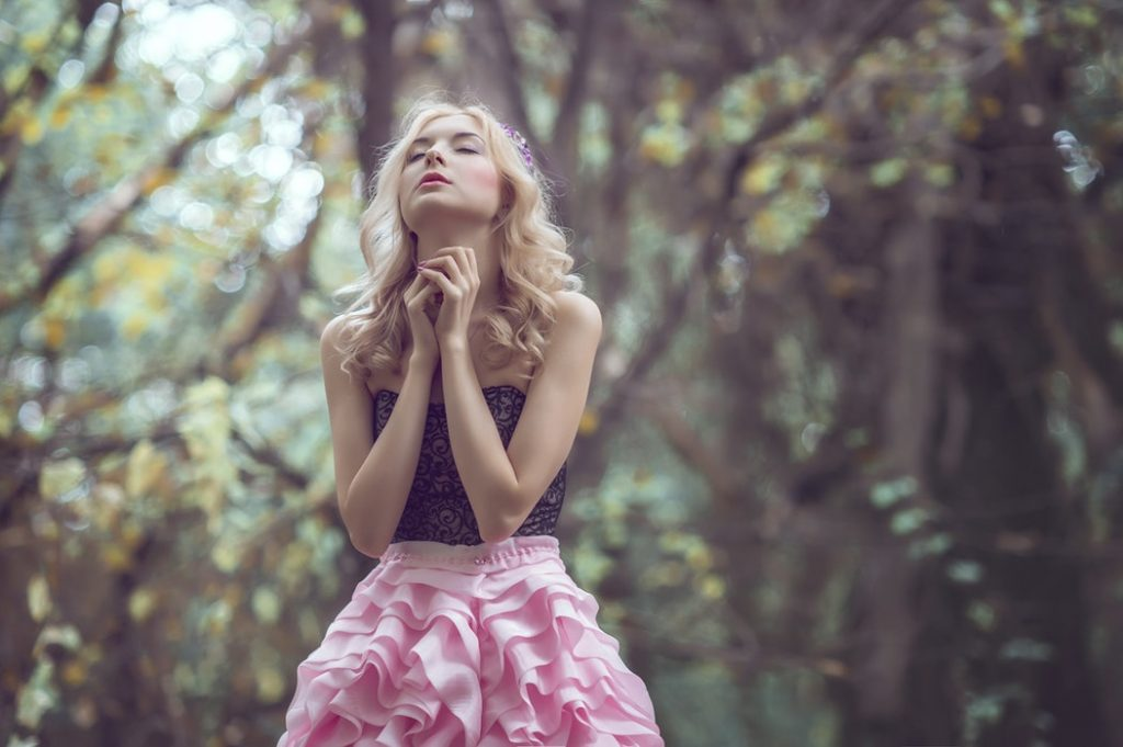 cô gái cầu nguyện trong khu rừng