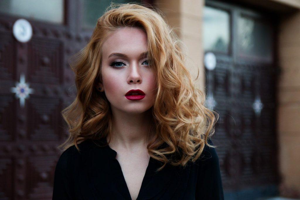 cô gái tóc vàng cách trị gàu