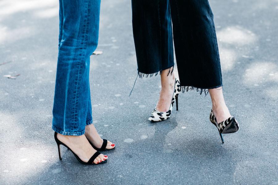 giày cao gót nhọn màu đen và quần jeans