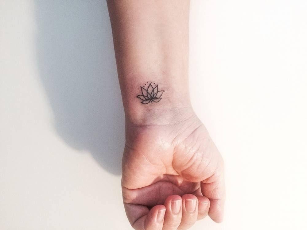 hình xăm hoa sen trên cổ tay