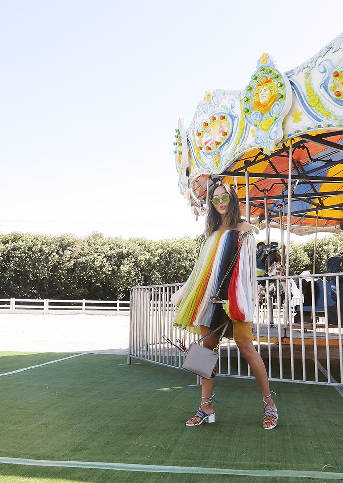cách phối đồ của Aimee Song với đầm mini trễ vai màu cầu vồng