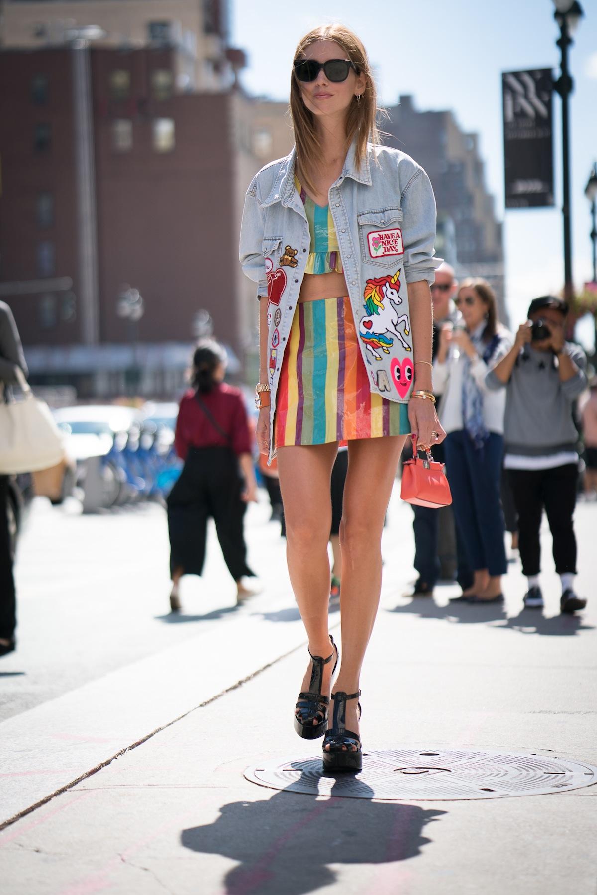 Chiara Ferragni diện denim jacker, crop top và chân váy cầu vồng