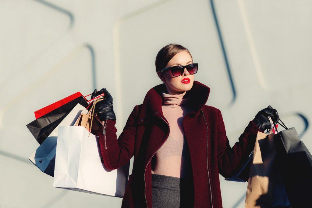 cô gái đi shopping