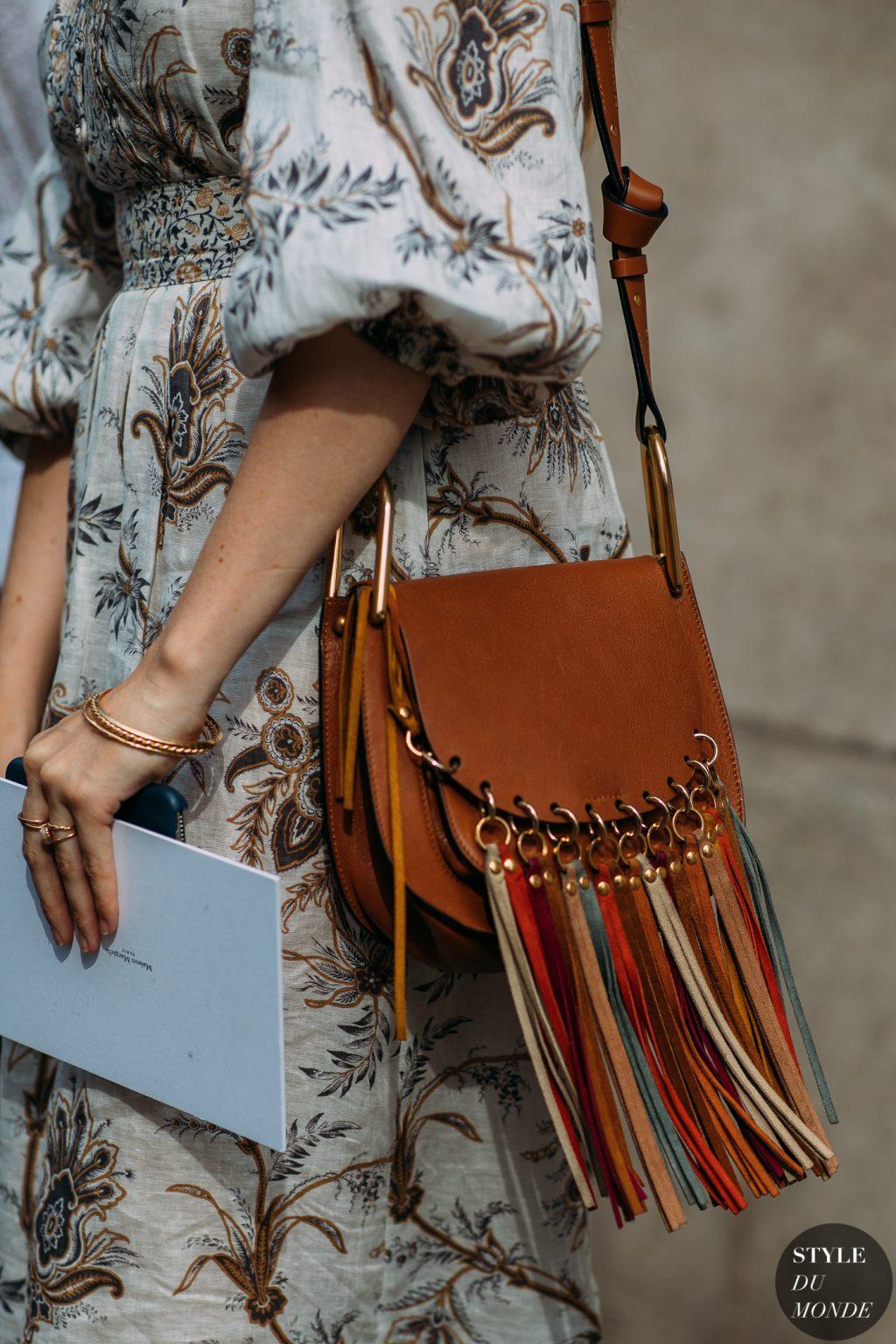 đầm họa tiết hoa, túi xách nâu tua rua nhiều màu sắc