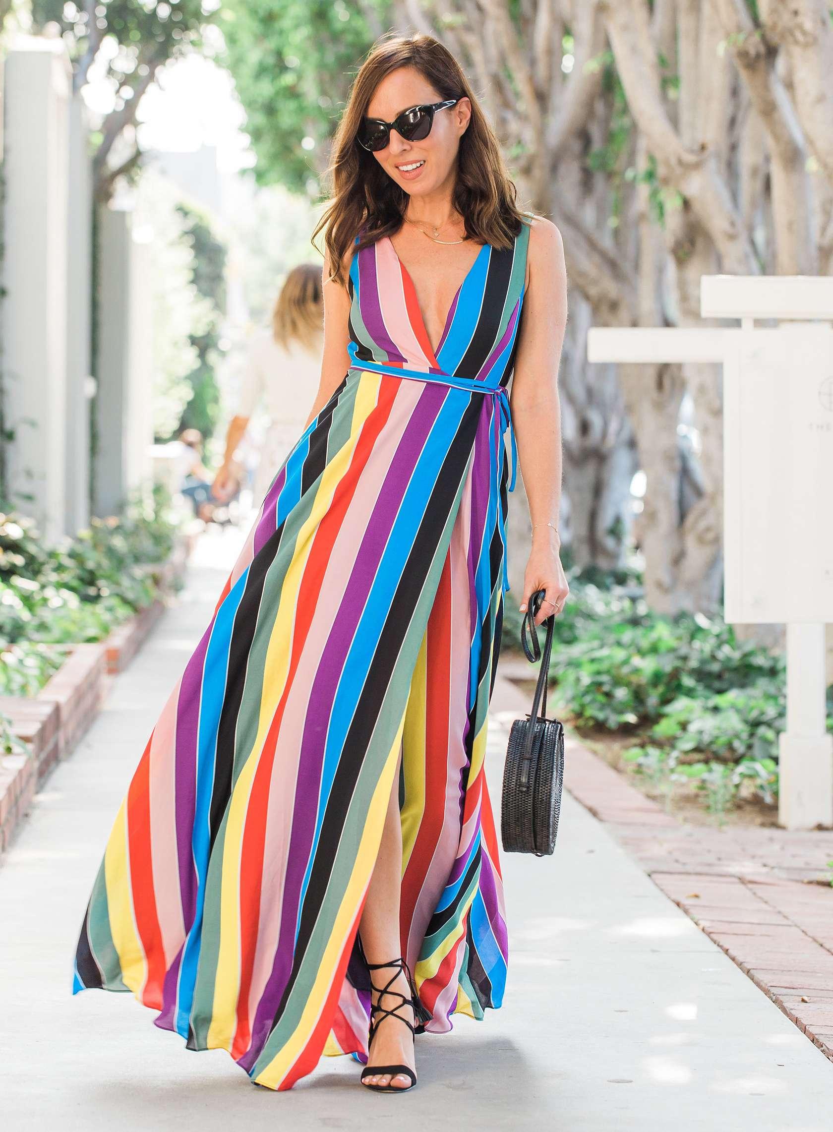 fashionista diện đầm cổ chữ V màu cầu vồng và túi xách hình học