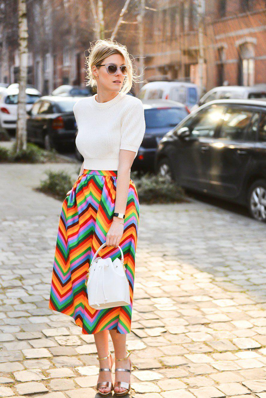 fashionista diện áo trắng, chân váy cầu vồng