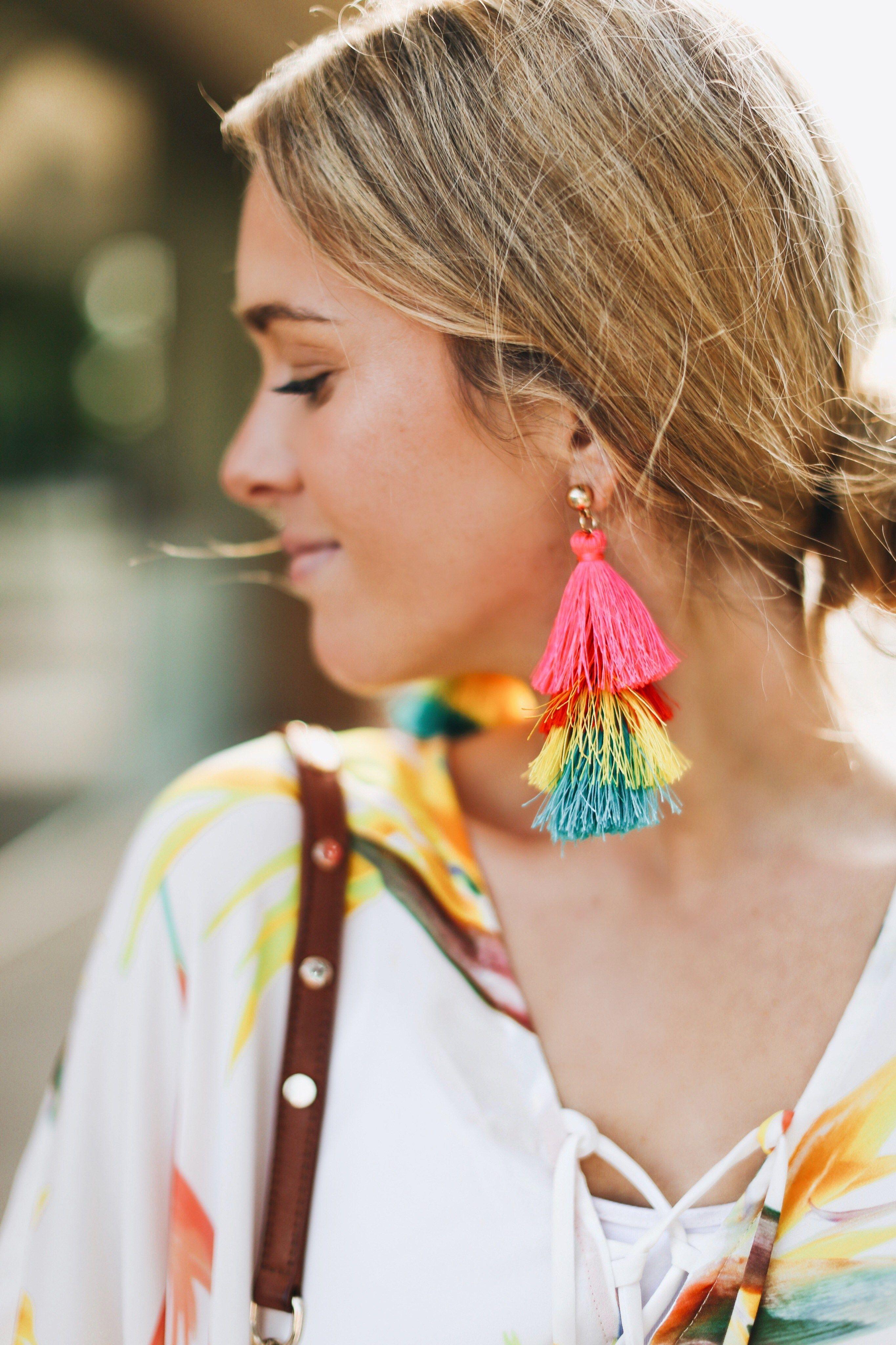 fashionista diện hoa tai cầu vồng và cột tóc
