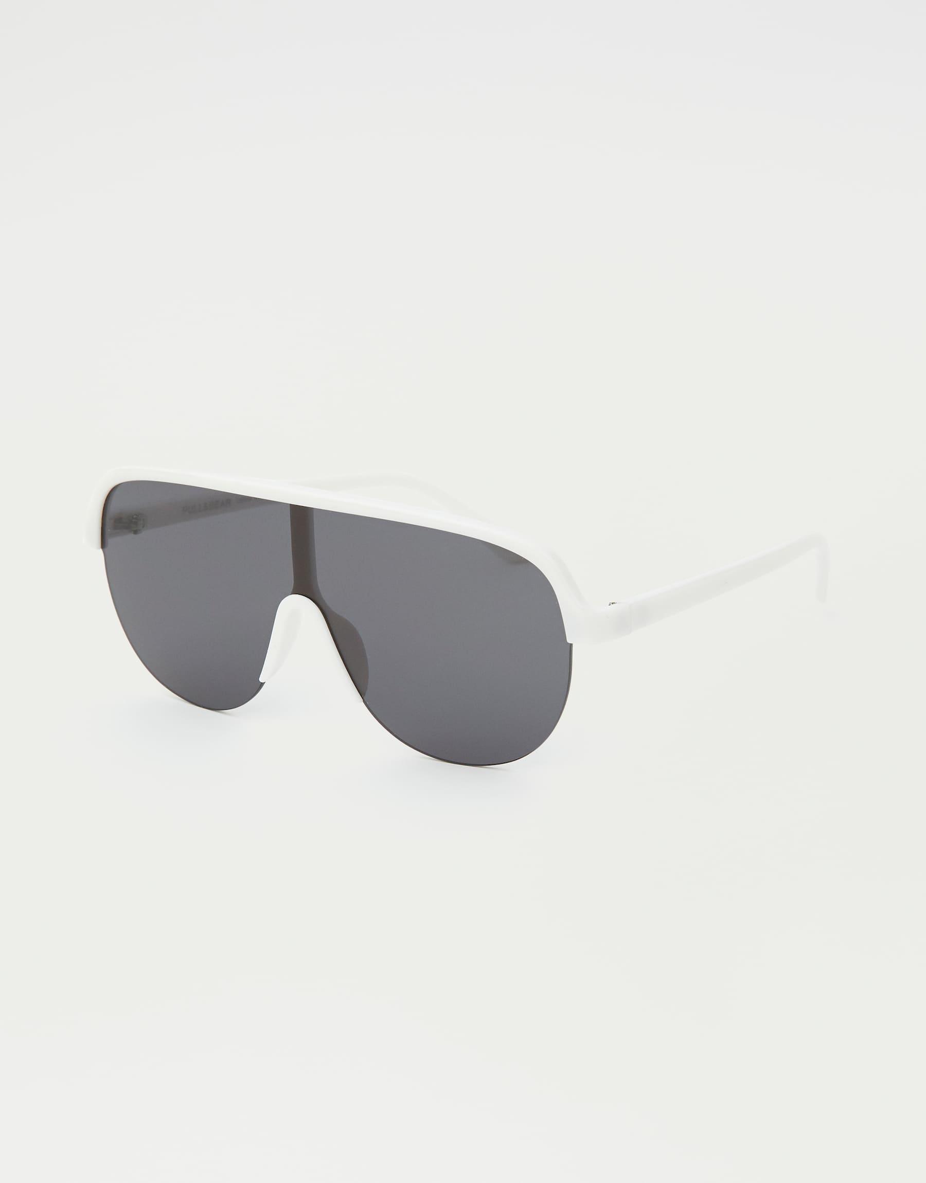 kính mát oversize màu trắng của thương hiệu Pull & Bear