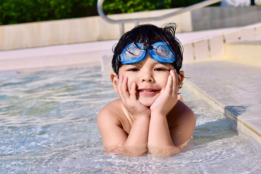 cậu bé ở hồ bơi