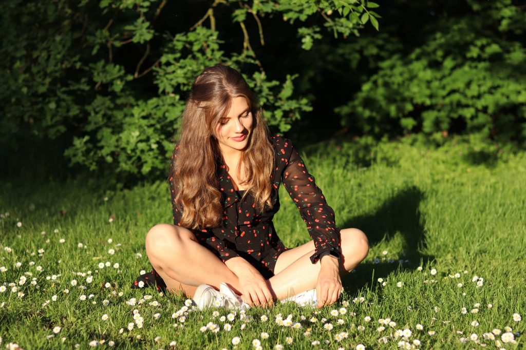 cô gái giữa bãi cỏ