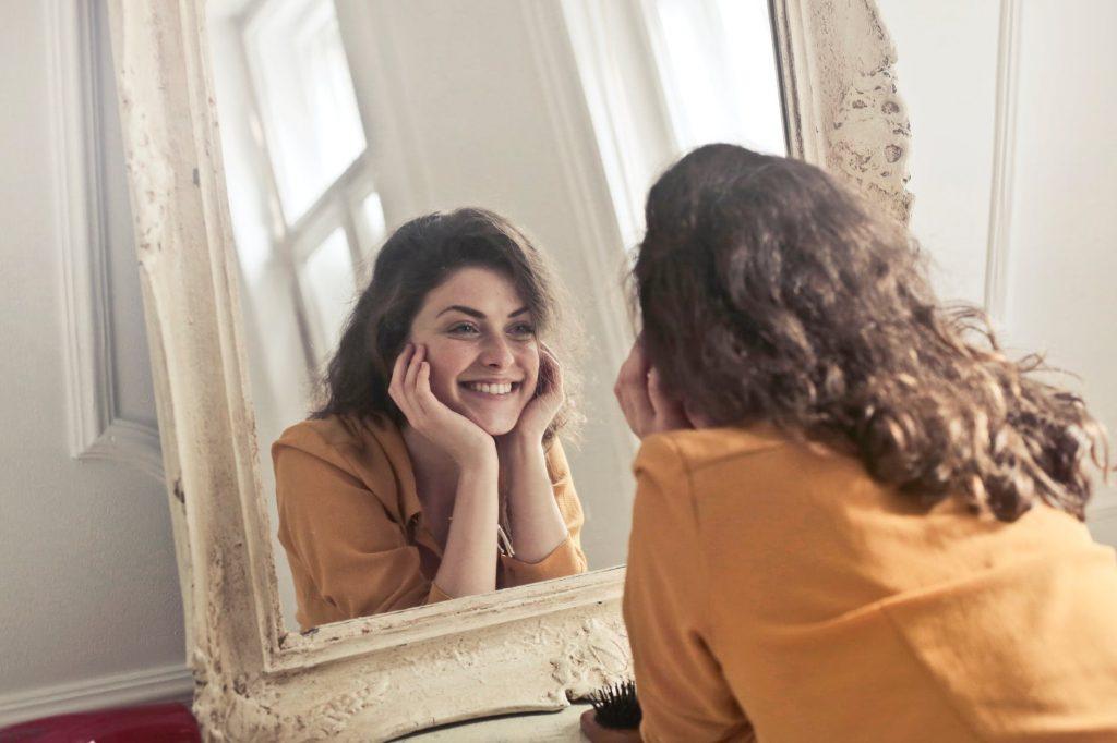 cô gái trước gương học cách yêu bản thân