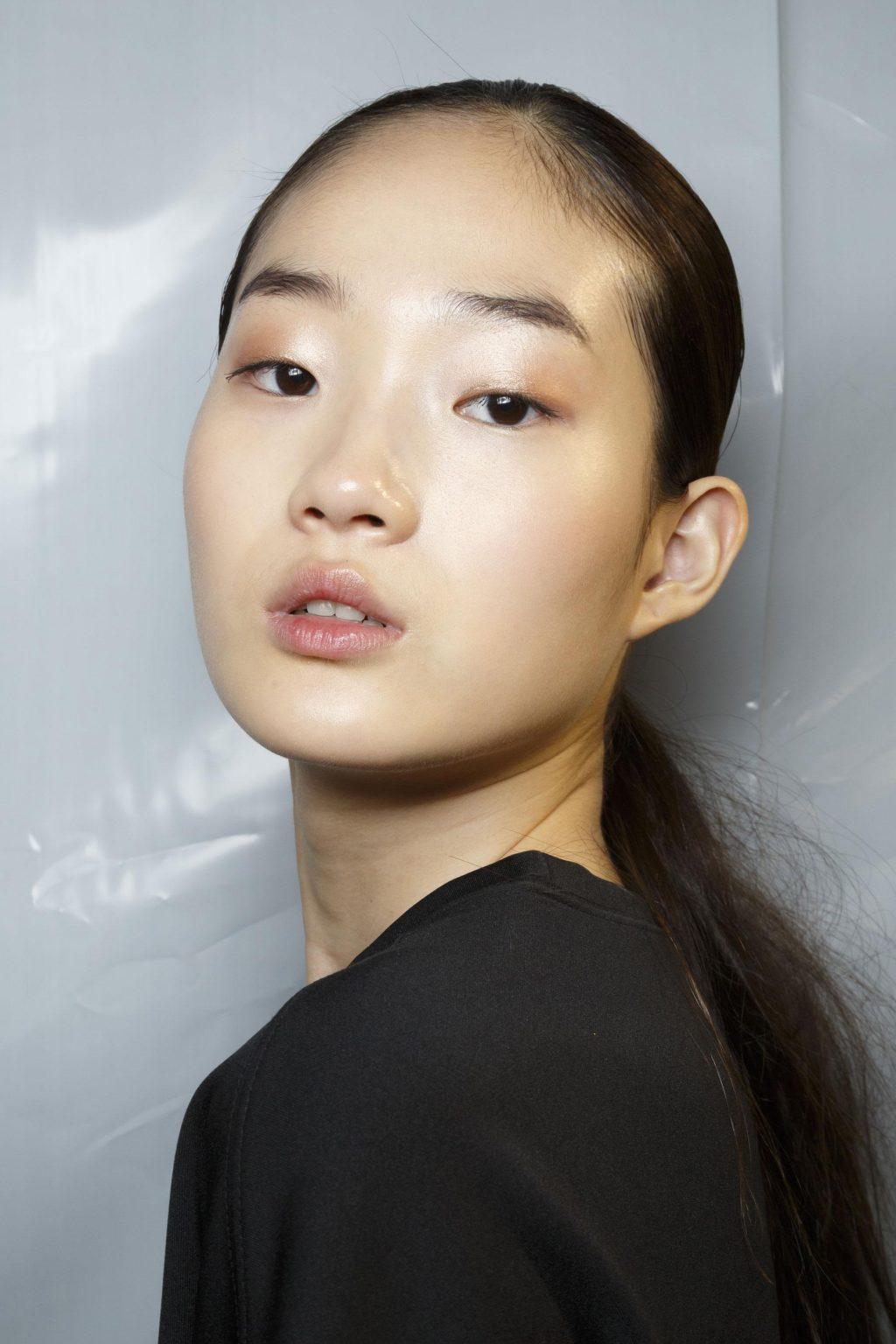 Chúng ta có thể kiểm soát một số yếu tố giúp kiểm soát tình trạng da và tóc đổ dầu khi biết được nguyên nhân dẫn đến chúng.
