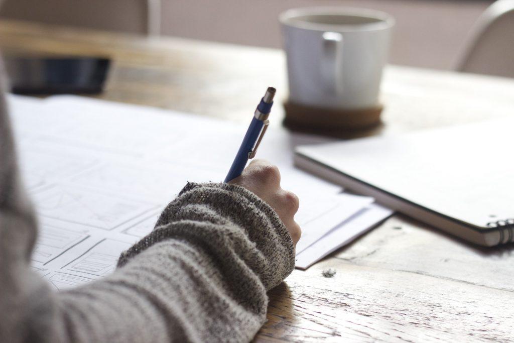 cánh tay đang viết chữ
