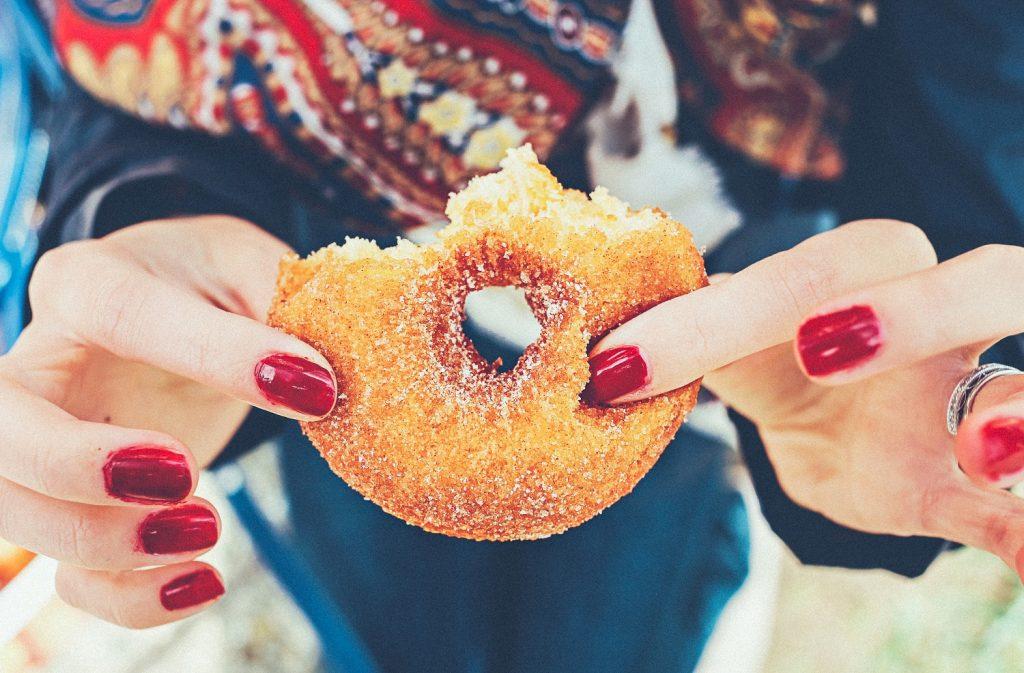 chế độ ăn uống - tay cầm bánh donut