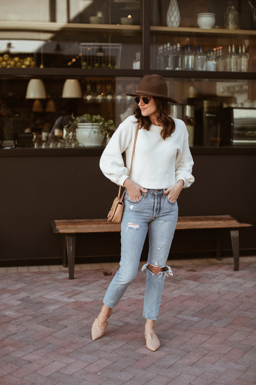 cô gái đội mũ cao bồi và quần jeans rách