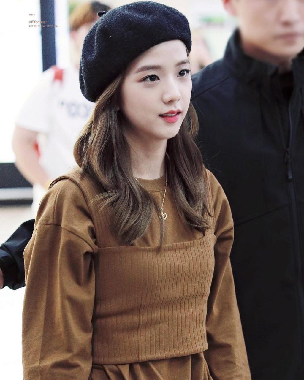 jisoo đội mũ beret màu đen và áo màu nâu