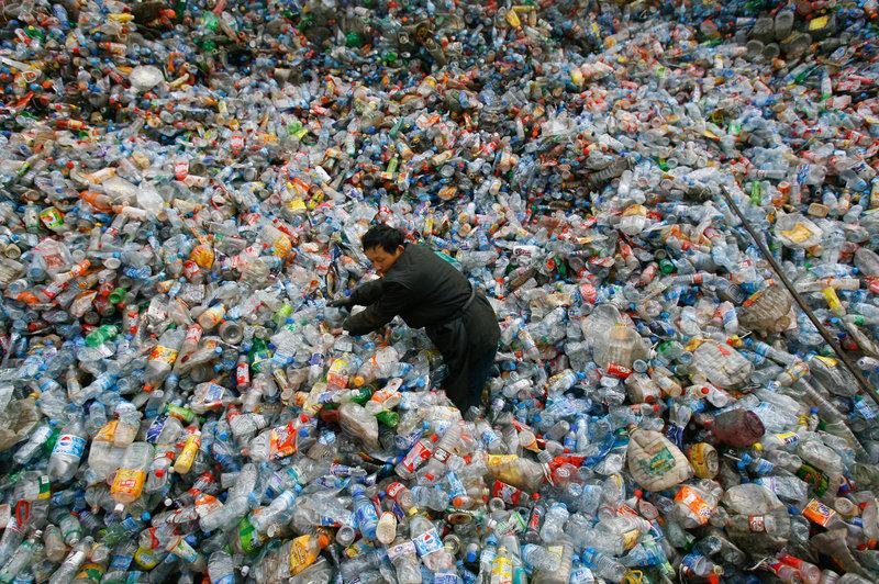 công nhân trung quốc phân loại rác