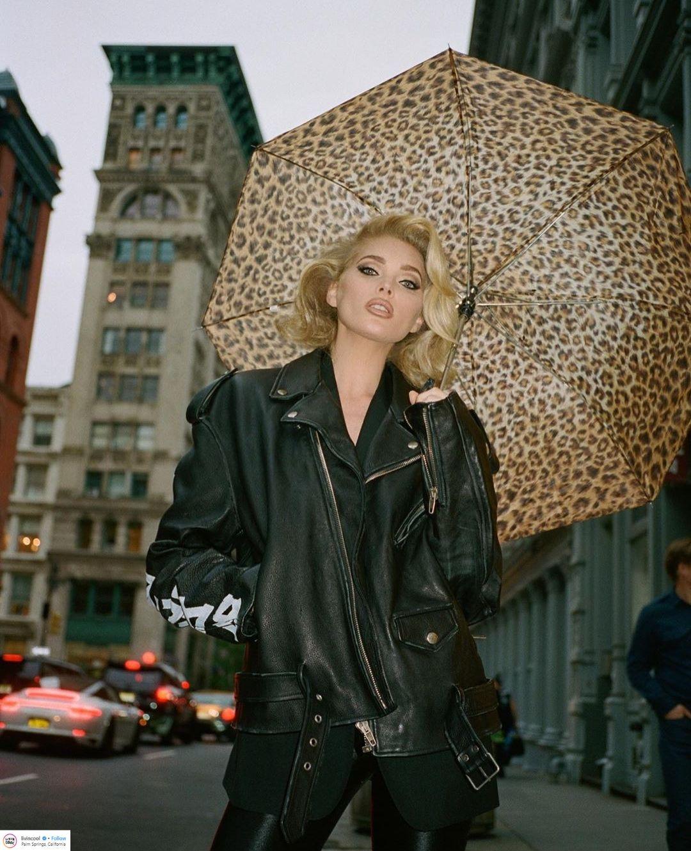 thiên thần victoria's secret Elsa Hosk mặc áo khoác thuộc da đen và dù họa tiết da động vật