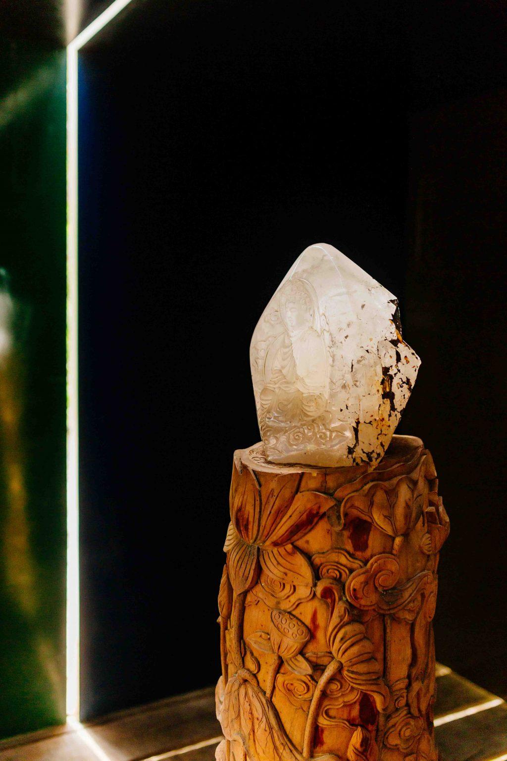 Ánh nắng xuyên qua khe hở giữa 2 phiến đá, rọi thẳng vào tượng Phât