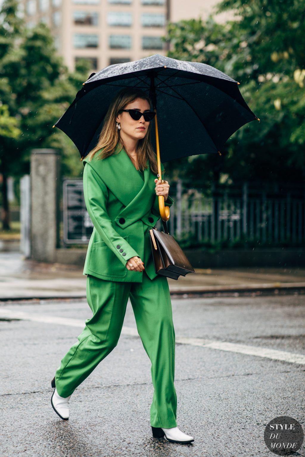 cô gái diện âu phục xanh lá và giày trắng