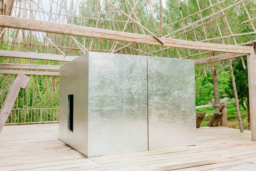 Căn phòng bạc giữa ngôi nhà Rông bằng gỗ