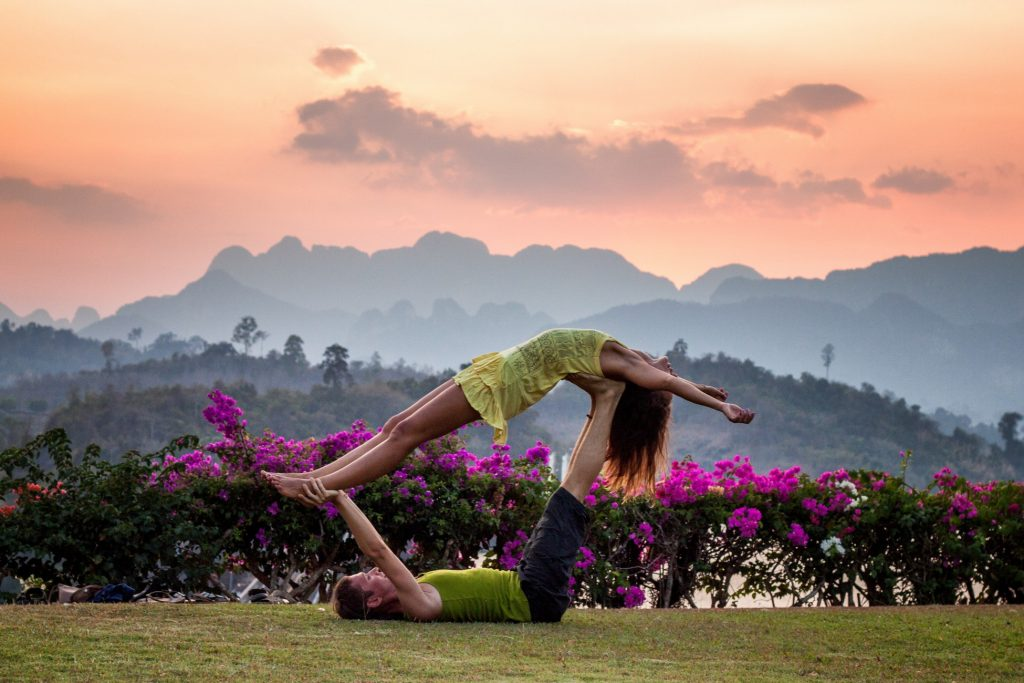 cặp đôi hẹn hò tập yoga