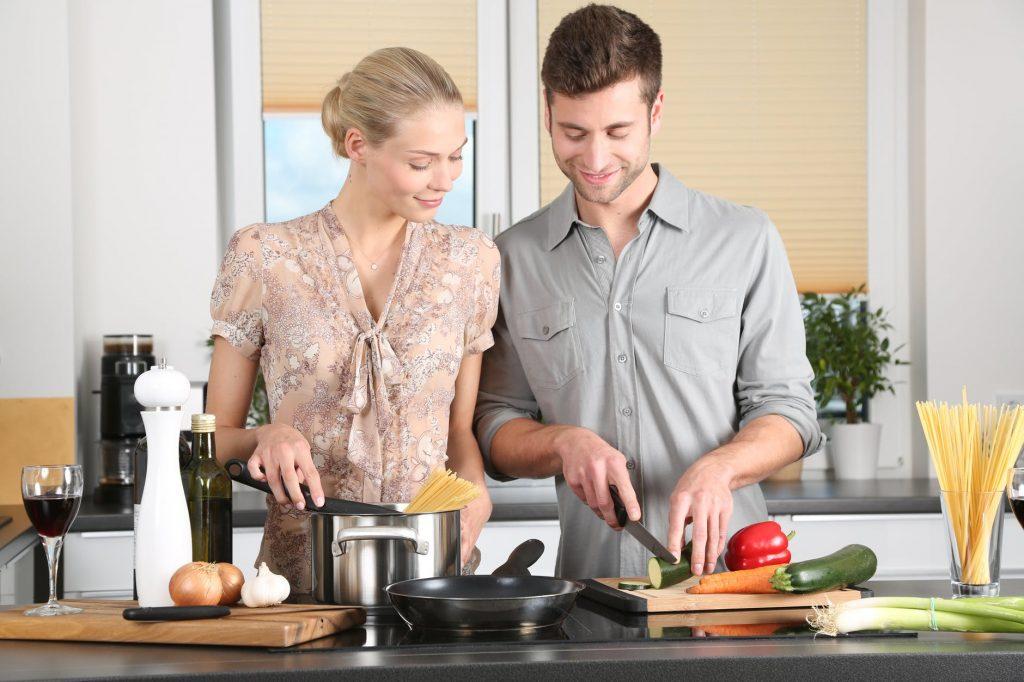 cặp đôi nấu ăn trong bếp