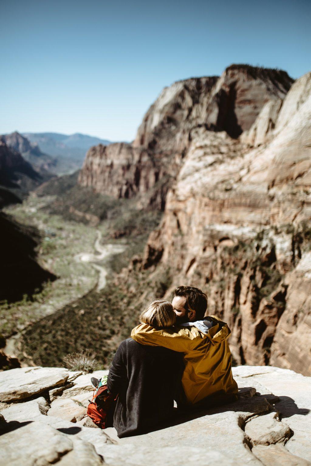 cặp đôi ngồi trên núi