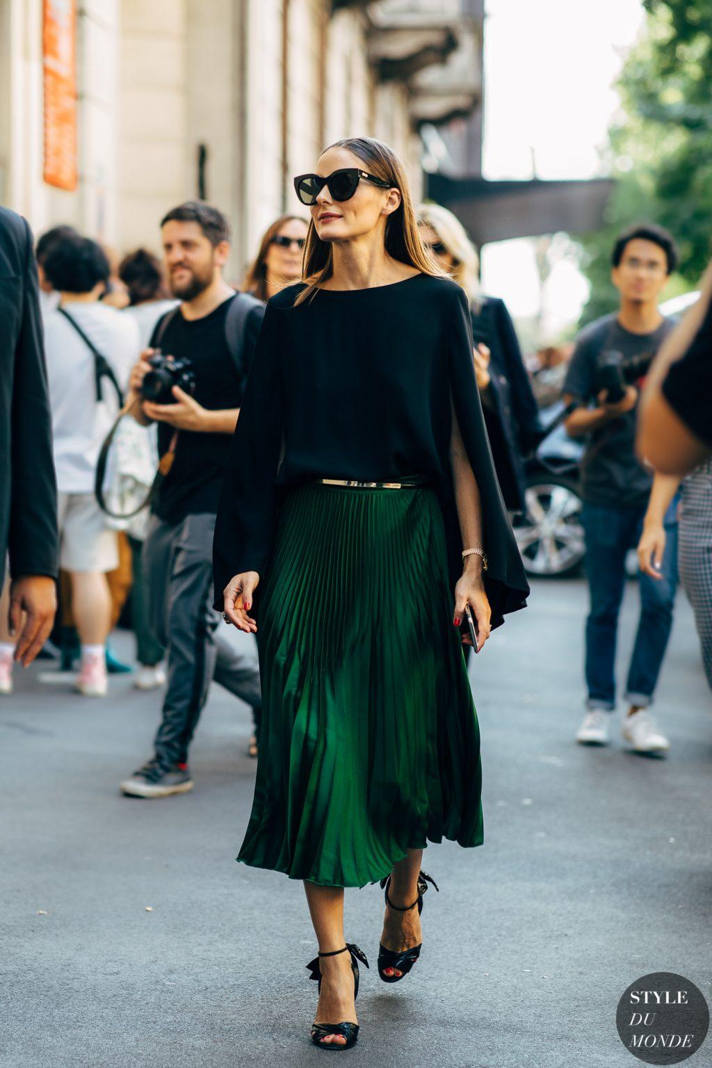 chân váy màu xanh lá xếp li áo thun đen tay dài