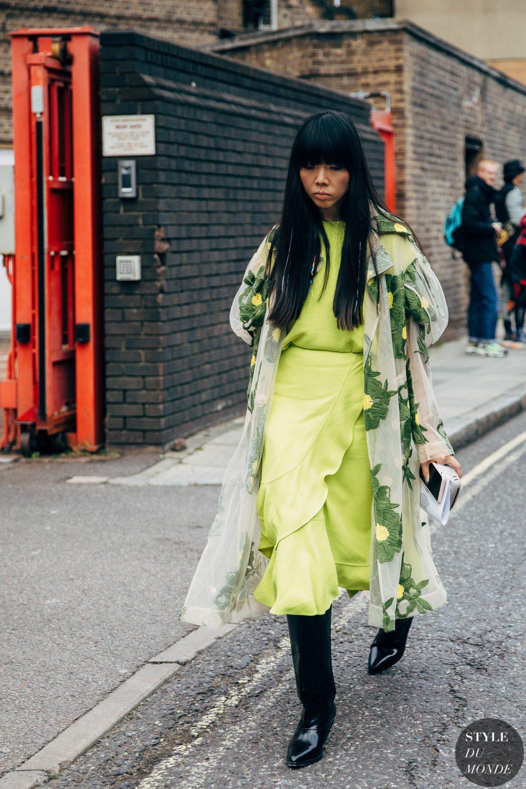 đầm màu lime green và áo khoác hoa
