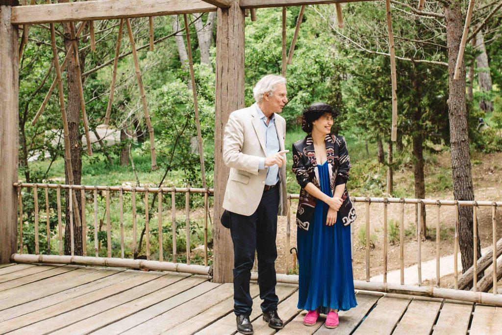 nghệ sĩ Tia Thủy Nguyễn và ông Jean-Gabriel Mitterrand, giám đốc Galerie Mitterrand, Pháp