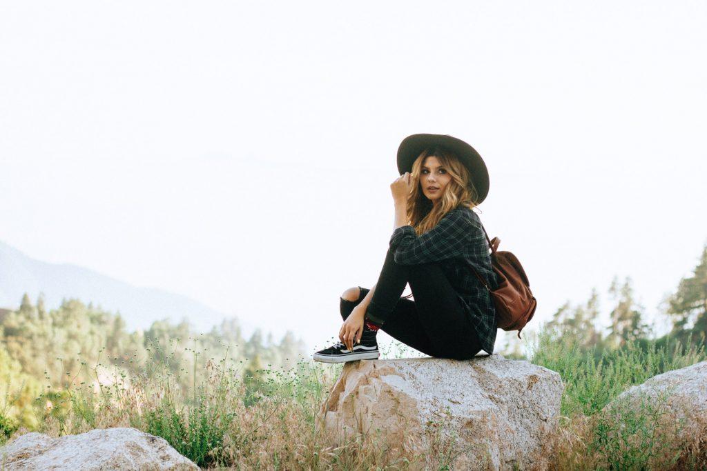 cô gái ngồi trên tảng đá