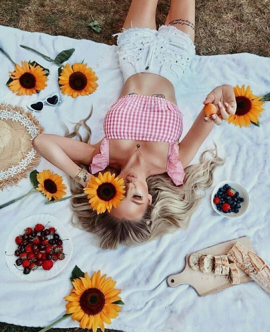 cô gái nằm trên thảm