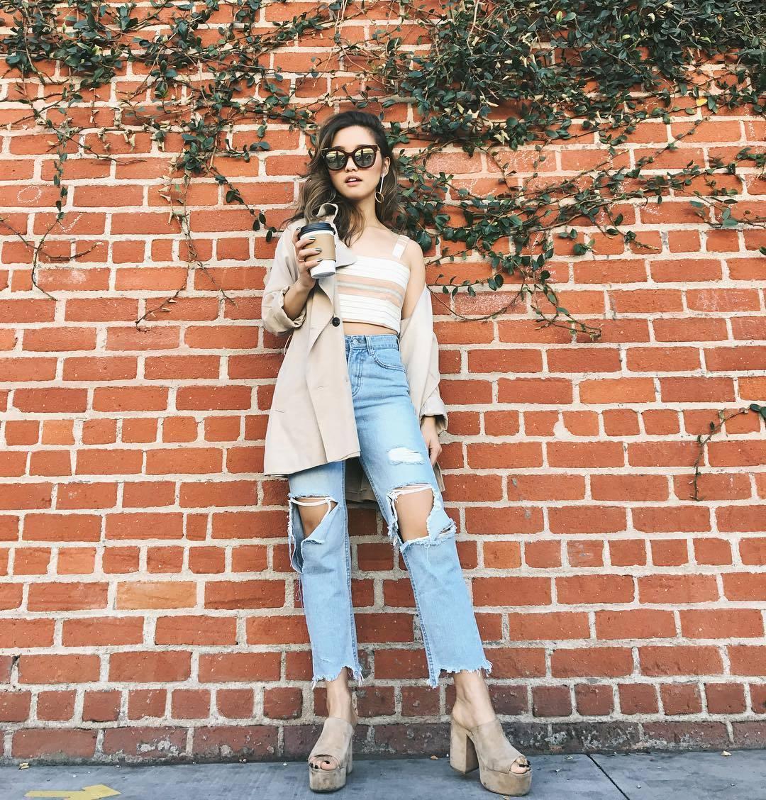 jenn im quần jeans rách và áo crop top