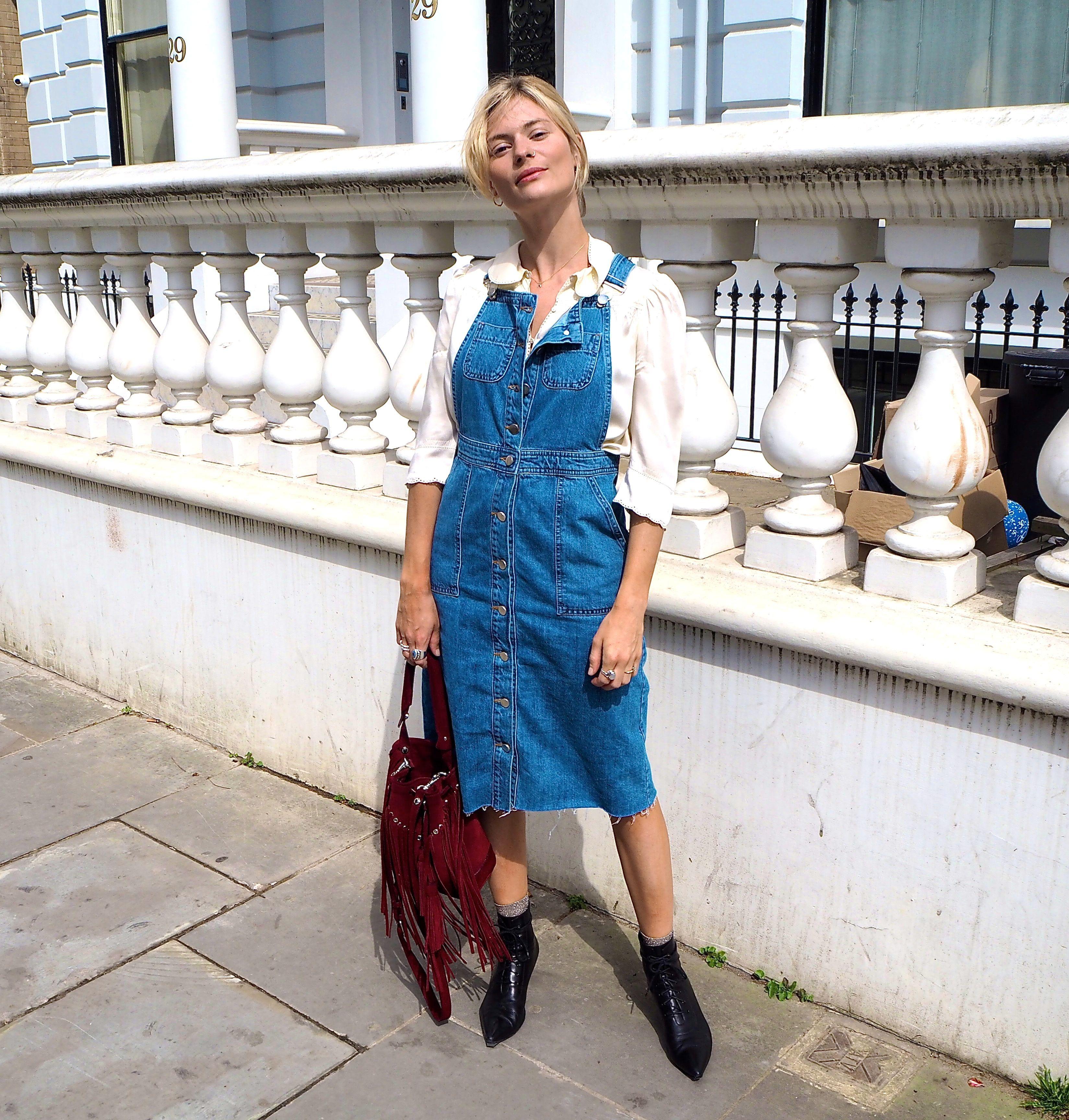 cô gái mặc trang phục denim gồm váy yếm và áo tay bồng