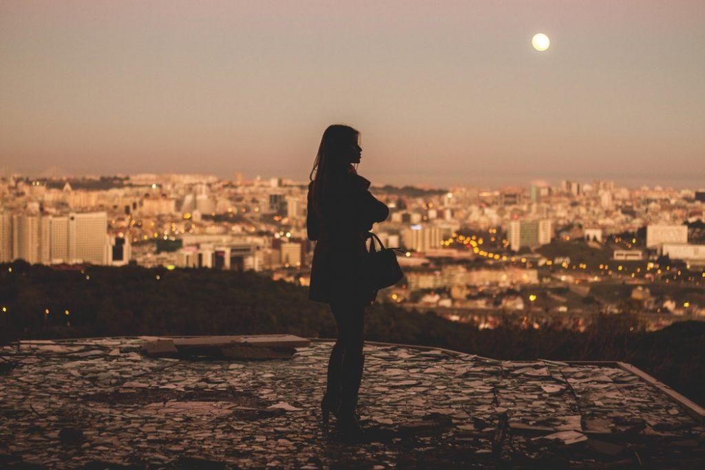 bóng cô gái ngắm cảnh thành phố